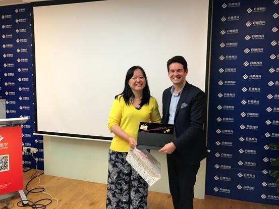 澳大利亚驻中国使领馆商务处教育领事Mr.Rhett Miller与启德教育集团首席执行官黄娴女士交换礼物