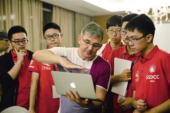 集训营老师正在辅导参赛选手.jpg